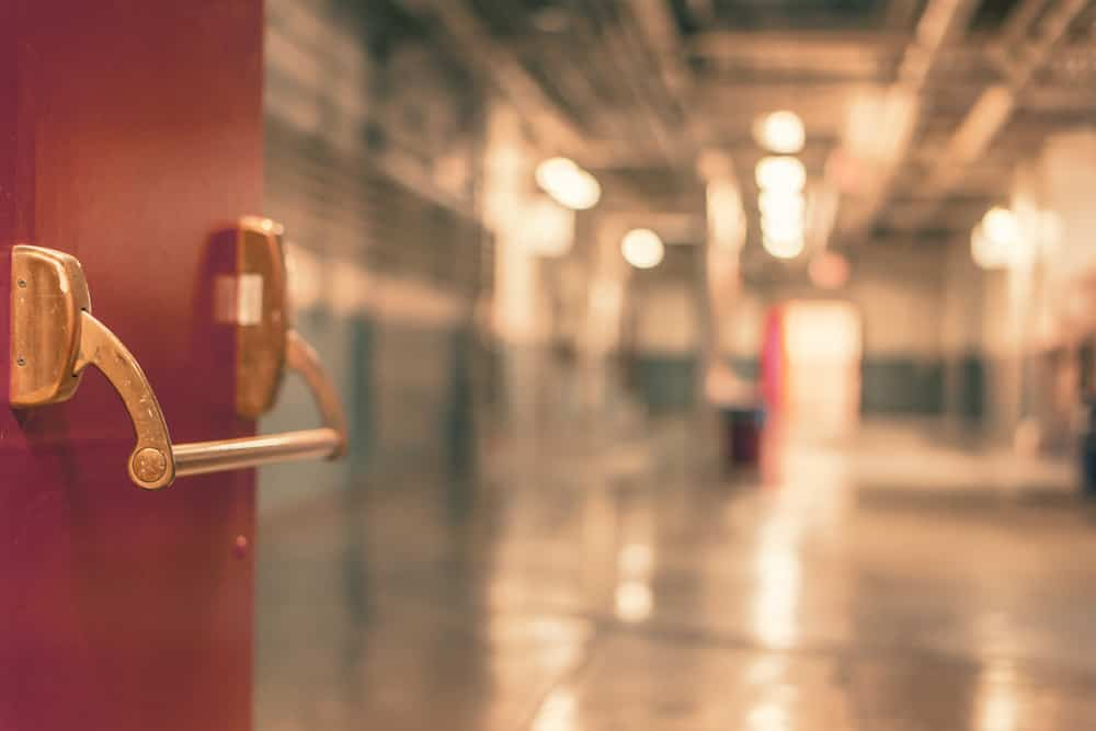 Ahorrar en material escolar - Puerta de colegio